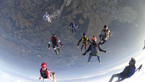 Pratiquer le parachutisme en groupe