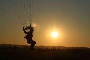 Saut en parachute couché de soleil